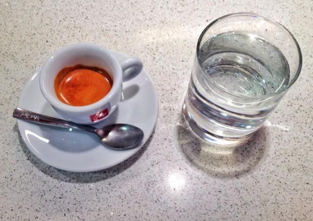 caffe-382-910x643