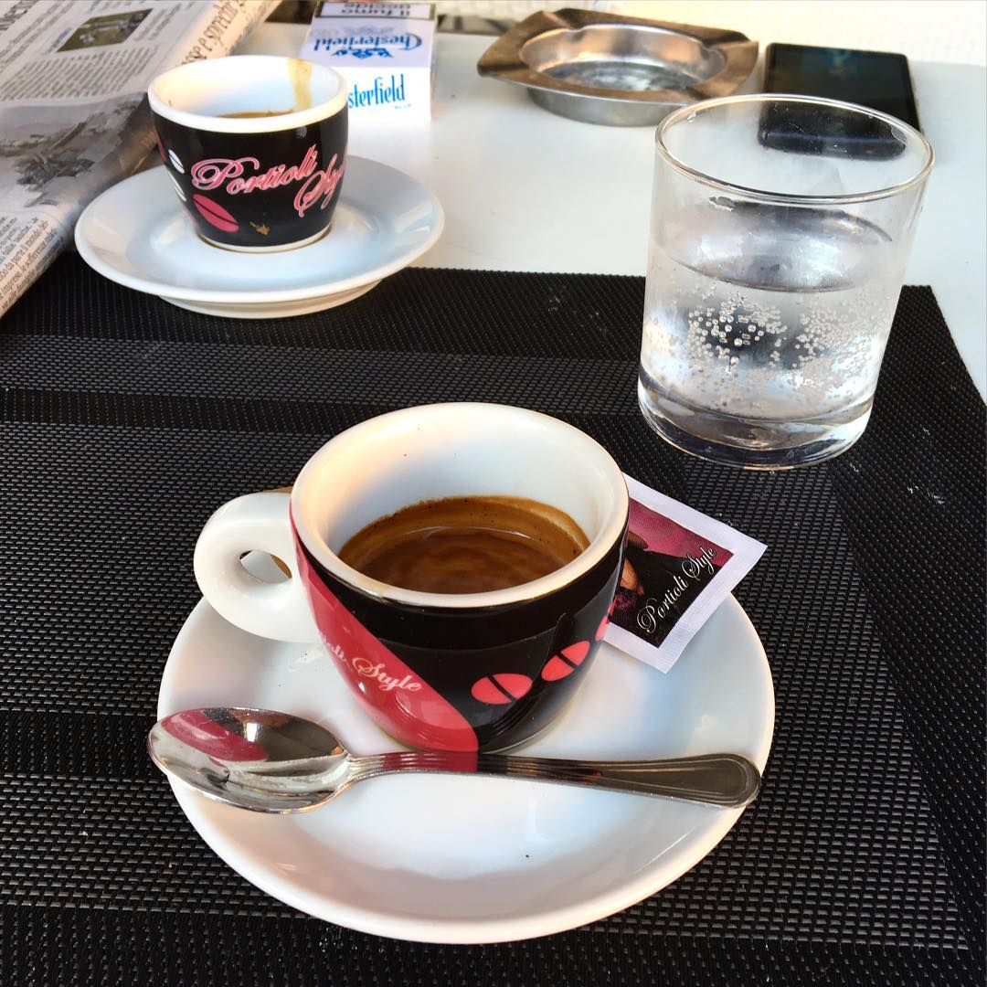 Due caffè e un bicchiere d'acqua, grazie. ph @bastet