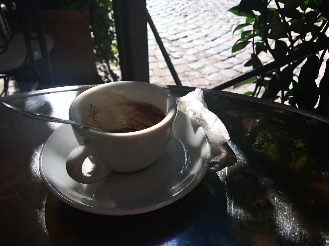 Caffè e sampietrini