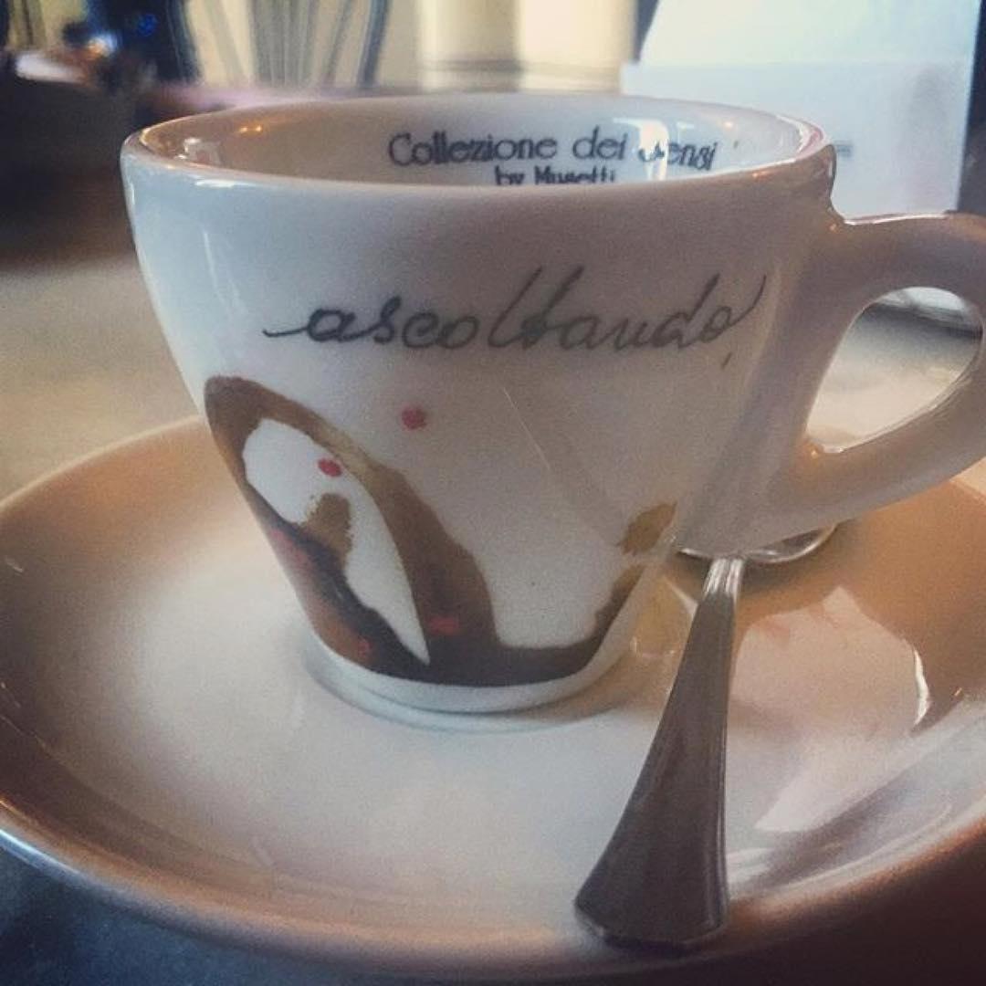Ascoltando. Anche il caffè oramai mi conosce e sa qual è la costante delle mie giornate 😜 | ph @catepol