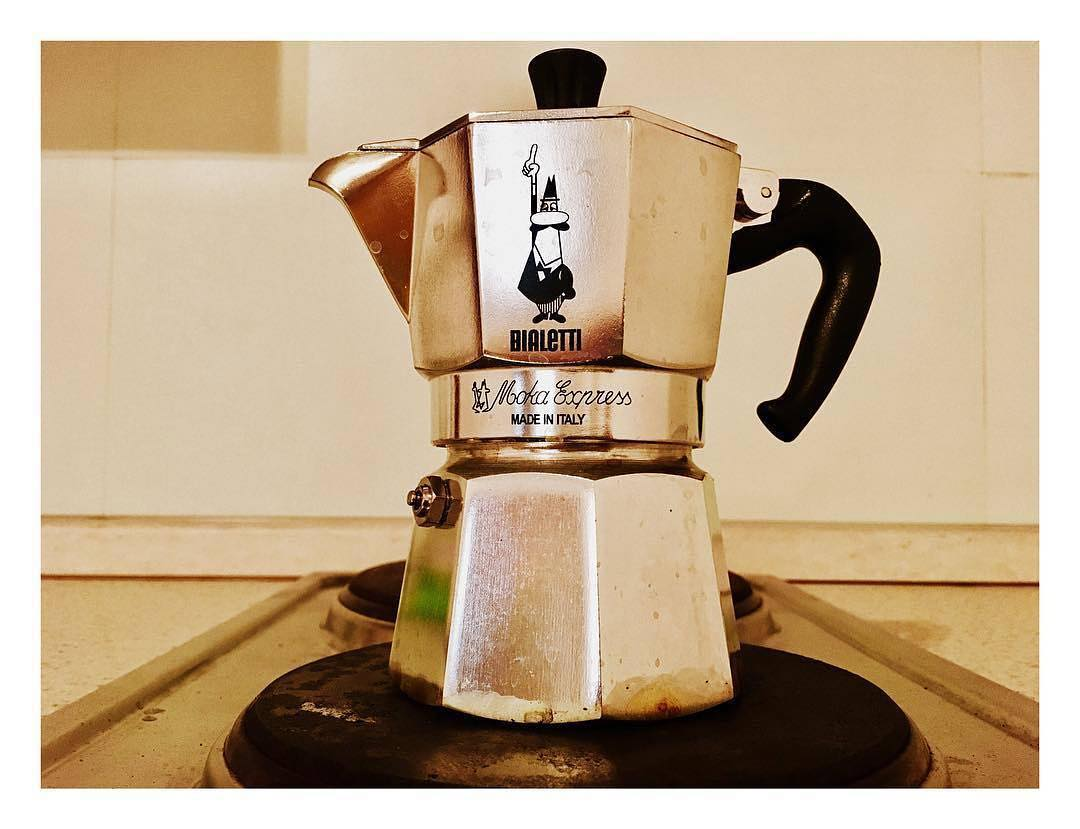 Quando sei in un posto che non conosci, ti restano solo poche cose che possono farti sentire a casa. Una di queste è il rito del caffè. E questa è la mia moka, personalissimissima, con il primo terribile caffè dentro. E che Dio ce lo mandi buono! | ph @valentina_desantis