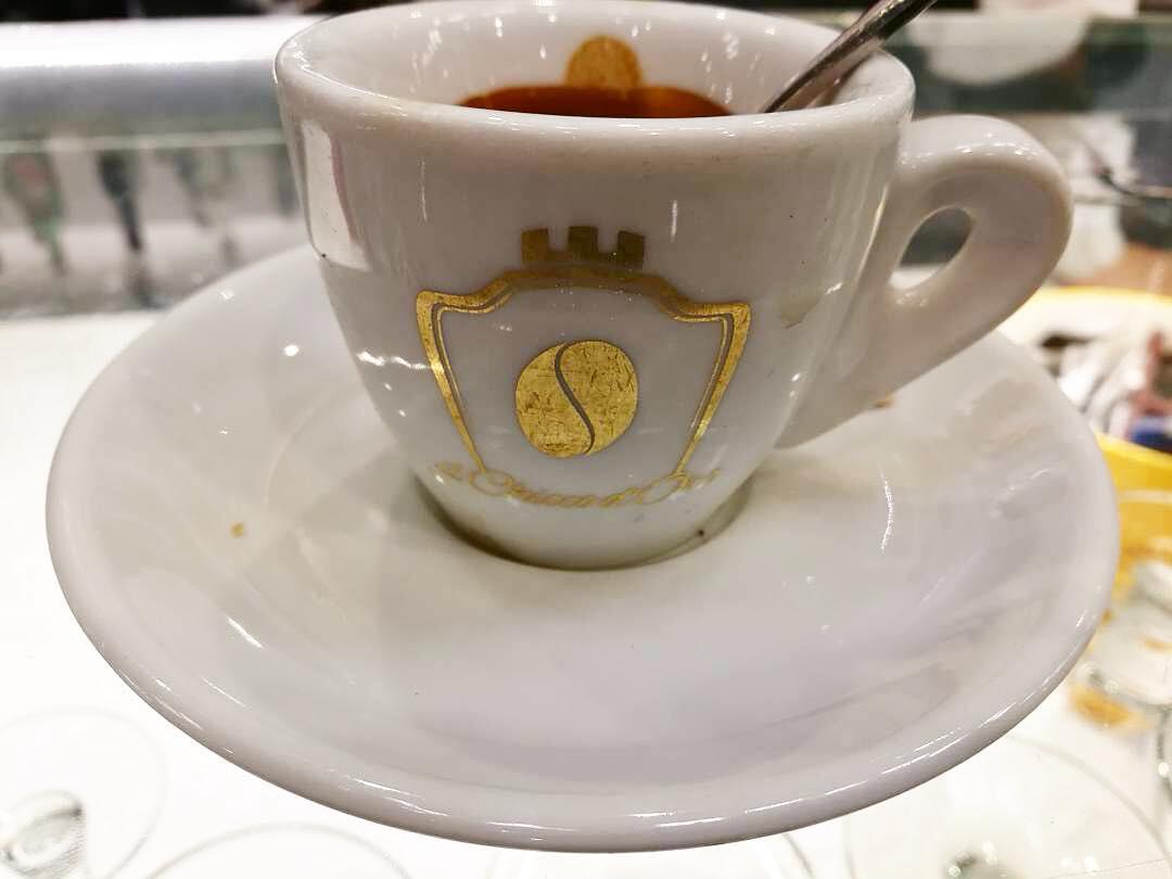 NAPOLI - 11 Ottobre 2016 - Il buongiorno, in una mattinata grigia e uggiosa, si vede dal chicco di | ph @netnewsmaker