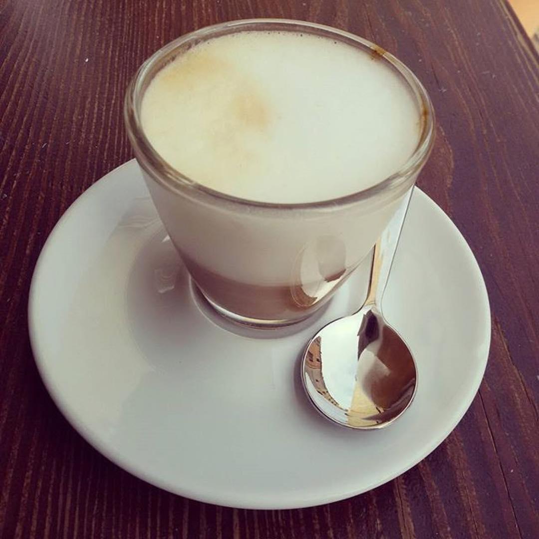 Un mese in cui guardare alle piccole cose belle di ogni giorno non poteva che iniziare con il caffè della barista del mio cuore... 💕 per la serie: il buongiorno si vede dal mattino | ph @gloriarossi