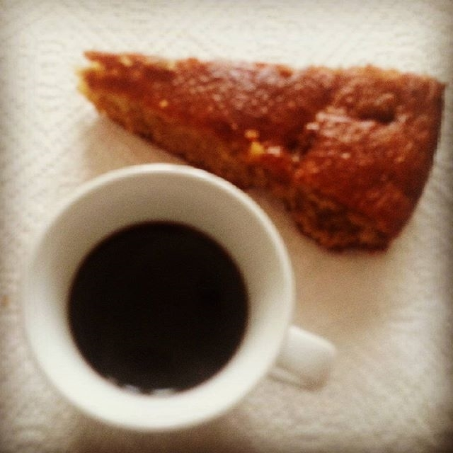 "Caffè ""ruspante"" 😜😂…At home con fettina di dolce fatto in casa con farina integrale e prodotti bío 