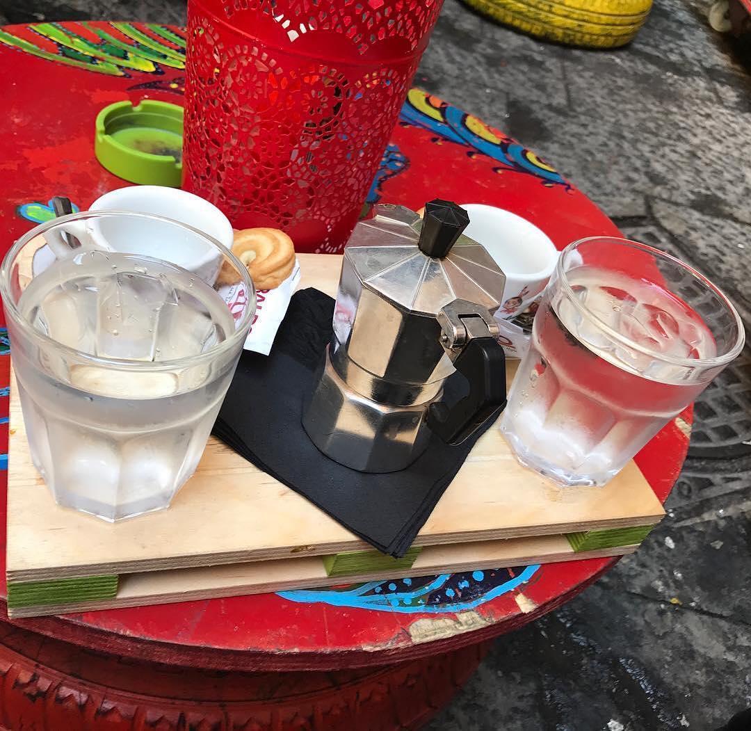 Il caffè con la moka, i biscottini e il bicchierone d'acqua. Dove altro lo trovi? | ph @ggferrara