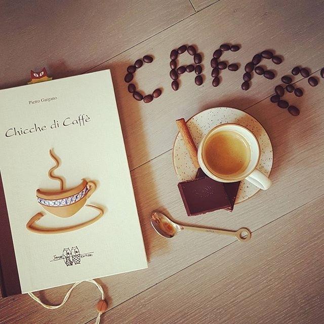 """ph @shanty_la_gatta """"Una pazza di caffè mi disse che versava in buone condizioni, io la presi per l'unico orecchio che aveva e l'appoggiai sul bancone del mar dei sargassi , dove si fanno i sogni liquidi con la stessa facilità con cui si fan due passi"""" Questo è l'incipt di un libro che mi fu regalato tempo fa e che conservo gelosamente"""