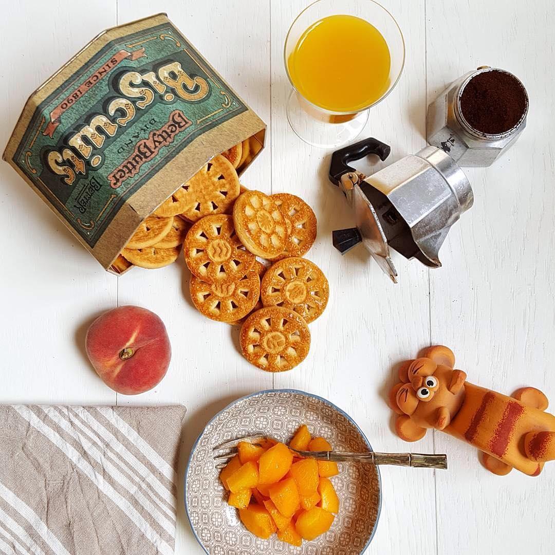 Fa caldo! Proibito accendere forni e fornelli, ma non é detto che la colazione non sia ugualmente buona… succo, biscotti, frutta e l'indispensabile caffè ci aiutano ad affrontare queste torride giornate | ph @shanty_la_gatta