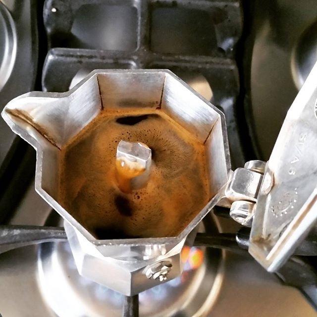 Sale lento, ma deciso il caffè della domenica | ph @massitrole