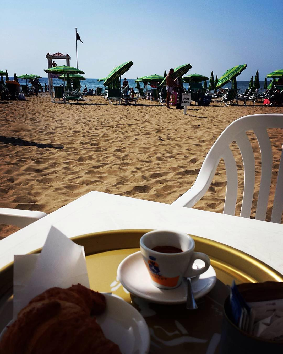 Breakfast on the beach | ph @ds_alxo