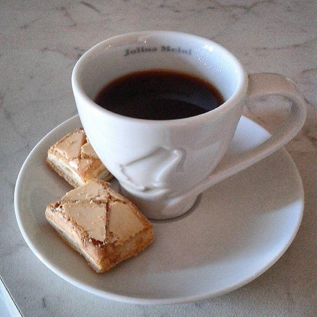 Meritatissimo caffè e pure i dolcetti! | ph @emanuela_de_rossi