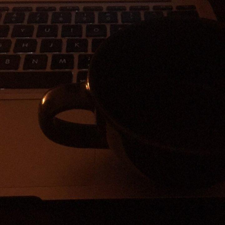 Passo il tempo bevendo caffè nero bollente | ph @bastet