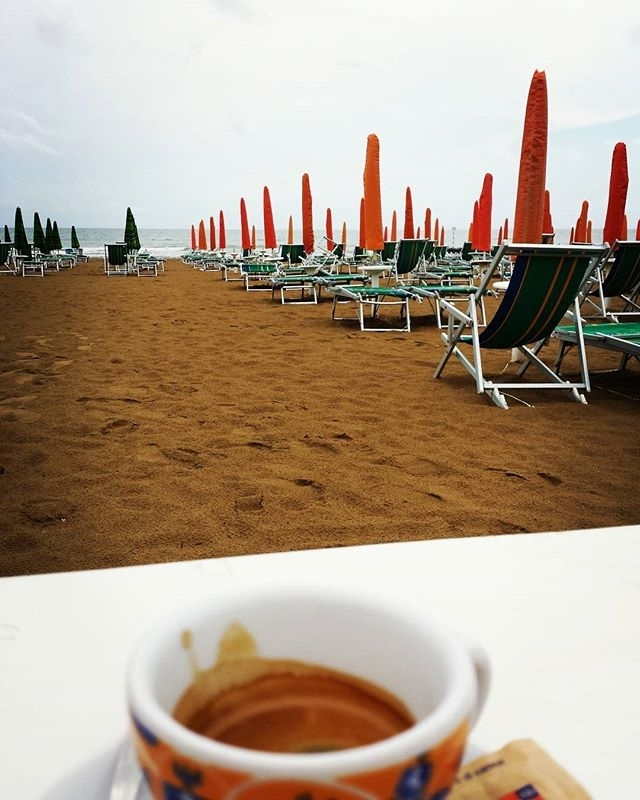 Summer memories | ph @ds_alxo#caff#la_coffee#spiaggia#coffeeforbreakfast#shot#shotforpassion