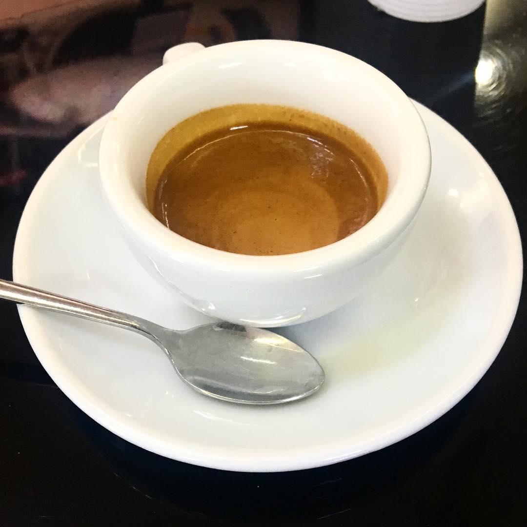 Caffè. Noi dipendenti, solo dopo la prima dose mattutina riusciamo ad affacciarci alla vita. – Isabel Allende, Afrodita (1998