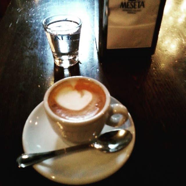 Caffè macchiato bolognese accompagnato da bicchierino d'acqua   ph @casanova_art_coffee_mt