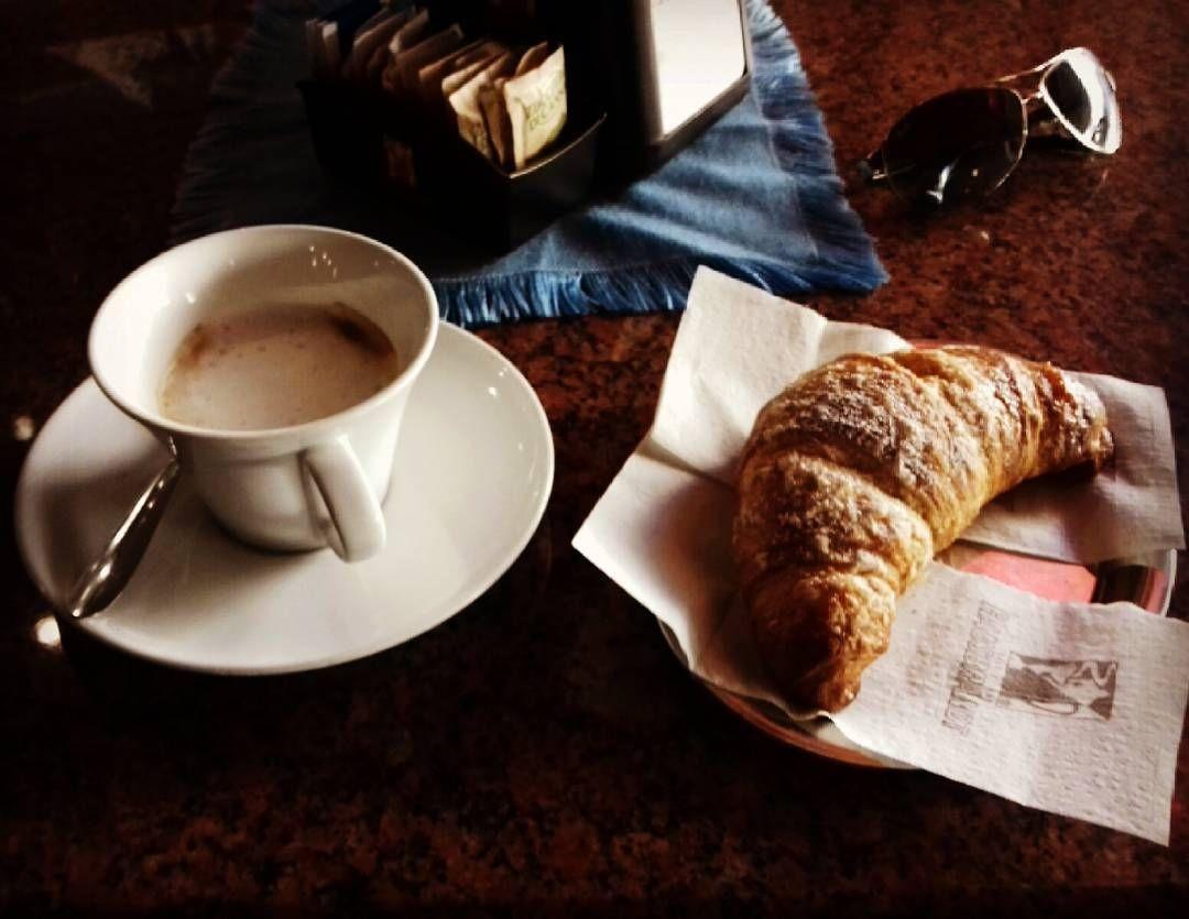 Caffè Commercio: caffè macchiato caldo e brioche | ph @casanova_art_coffee_mt