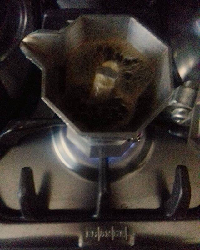 Il caffè: antico rito che si ripete quotidianamente in ogni casa.  Un liquido scuro ed intenso dall'aroma inconfondibile, capace di risvegliare coccolando le persone. Il solo deputato a parlare, con il suo borbottio, al mattino | ph @maximilian_218