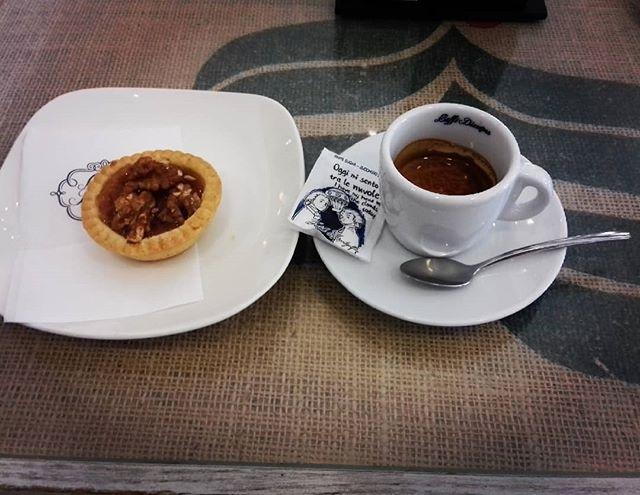 Colazione mattutina (almeno un po' di relax) ☕ in una giornata di corsa 🏃🚘 | ph @maximilian_218