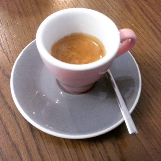 Caffè degli alpini   ph @casanova_art_coffee  Caffè deciso e robusto. Dal forte carattere come la gente della vallata. Cremoso e denso. Gran retrogusto palatale.  Persistente. Servizio impeccabile e gentile Un caffè semplice ma che sorprende.  Voto: 7,5