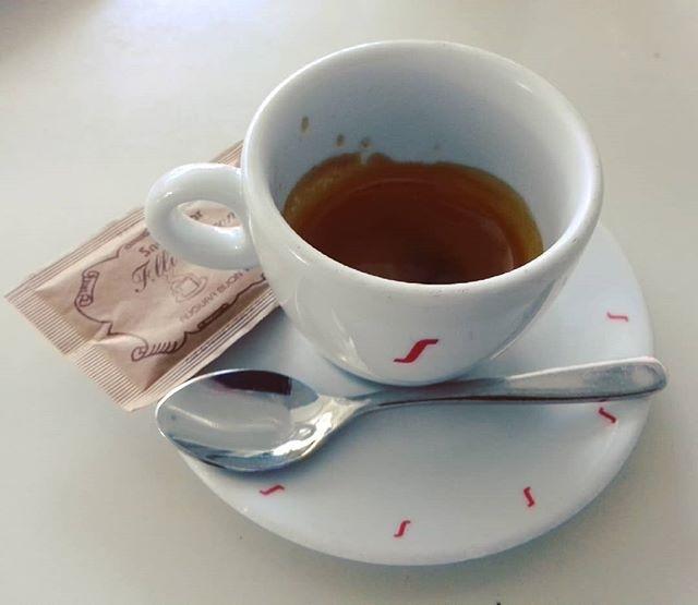 Caffè all'aperto ☕ | ph @casanova_art_coffee  Caffè liscio e abbastanza cremoso. Aroma delicato. Servito alla giusta temperatura. Buono il retrogusto palatale. Retrogusto delicato.  Voto: 6,5