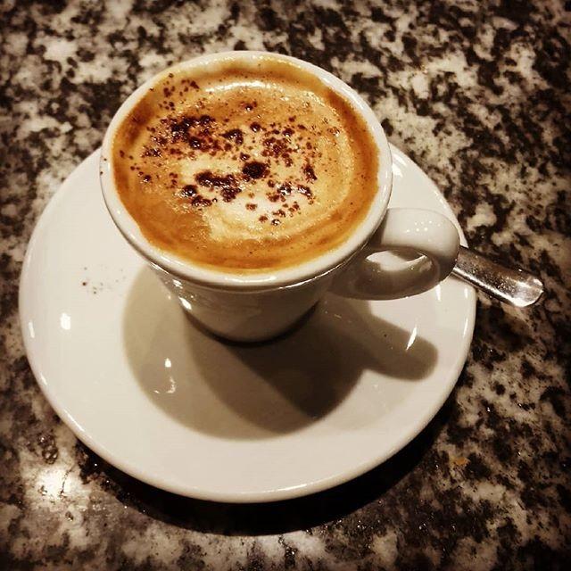 Vista la pioggia una piccola coccola ci sta tutta: caffè macchiato con spolverata di cacao | ph @casanova_m