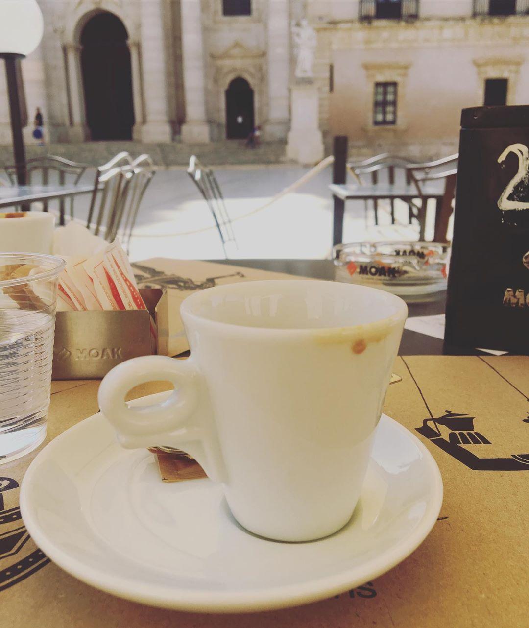 Seduta in quel caffè io non pensavo a te